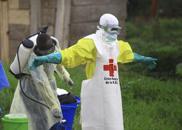 Työntekijää desinfioitiin ebola-hoitokeskuksessa Benissä itäisessä Kongossa syyskuussa 2018.