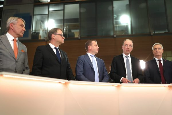 Puheenjohtajat Pekka Haavisto (vihr), Juha Sipilä (kesk), Petteri Orpo (kok), Jussi Halla-aho (ps) ja Antti Rinne (sd) seurasivat vaalilaskennan edistymistä eduskunnan lisärakennuksessa.