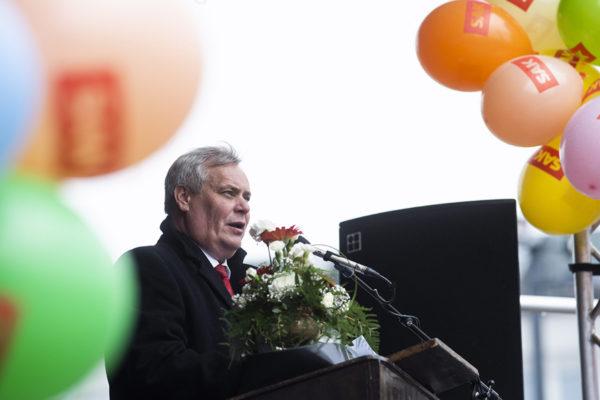 Sdp:n puheenjohtaja Antti Rinne lupasi sadan euron korotuksen pienimpiin eläkkeisiin vappupuheessaan 1. toukokuuta 2018.