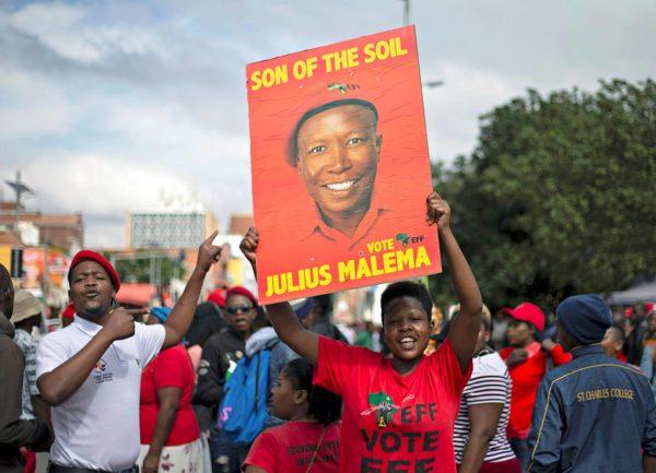 Vasemmistolaisen EFF-puolueen kannattajat kantoivat johtajansa Julius Maleman kuvaa Pietermaritzburgissa 17. huhtikuuta.