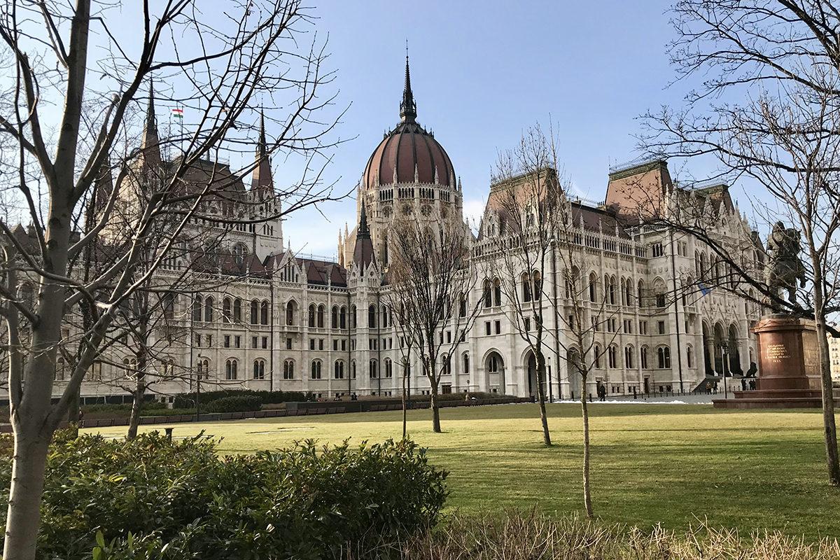 Unkarin parlamenttitalo Budapestissä. Parlamentti on jo myöntänyt Moskovan johtamalle IIB-investointipankille ja sen henkilöstölle diplomaattisen koskemattomuuden, kun pankin pääkonttori muuttaa Budapestiin 2019.