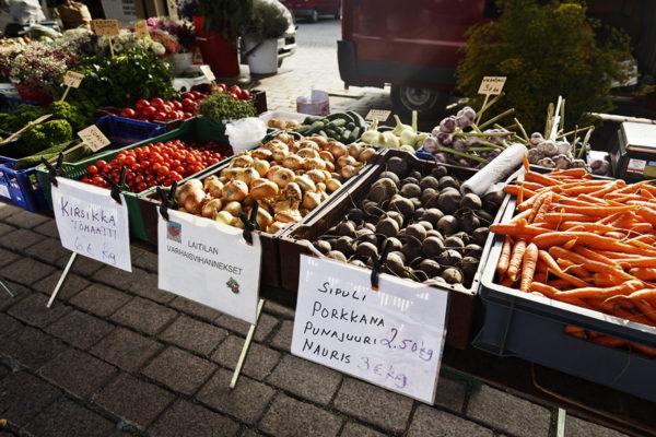 Vihanneksia myynnissä torilla.