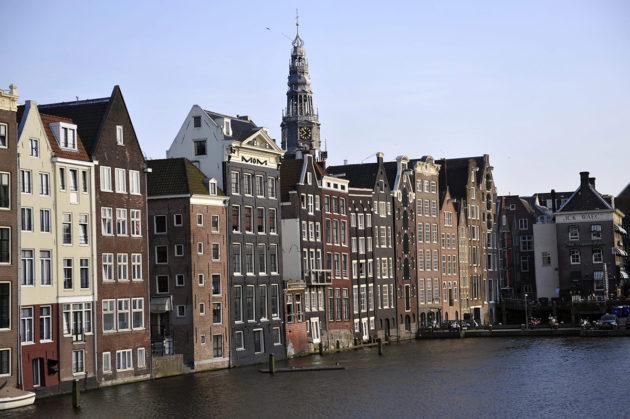Alankomaiden pääkaupungissa Amstedamissa vierailee vuosittain jop 17 miljoonaa matkailijaa, jos myös kotimaanmatkoja tekevät hollantilaiset otetaan huomioon.