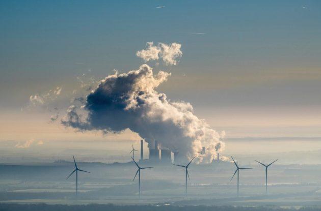 Ruskohiili- ja tuulivoimalat tuottavat sähköä Eschweilerissa Länsi-Saksassa. Saksa on päättänyt luopua hiilestä vuoteen 2038 mennessä.