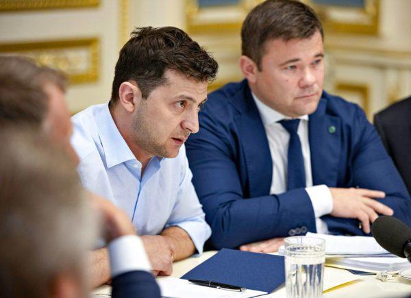 Ukrainan presidentti Volodymyr Zelenskyi ja hänen kabinettinsa tuore johtaja, lakimies Andryi Bogdan Kiovassa 21. toukokuuta.