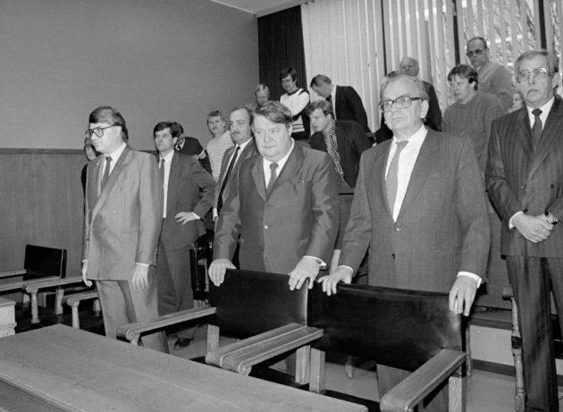 Tampereen kaupunginjohtaja Pekka Paavola (vas.) ja Noppa-rakennusliikkeen entinen toimitusjohtaja Pauli Kemmo (kesk.) esiintyivät Tampereen käräjäoikeudessa 12. joulukuuta 1985.