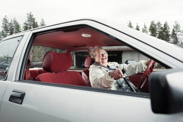 """Meeri Mäkelä, Nissan Cherry vm. 1985. """"Se on hylätty vain kahdesti katsastuksessa. Vaihdatan aina öljyt, niin ei ole niin mustat, vaikka ajan enää huhtikuusta joulukuulle. On se auto tärkeä, kun jalat on huonot. Kortti minulla on vuoteen 2022."""""""