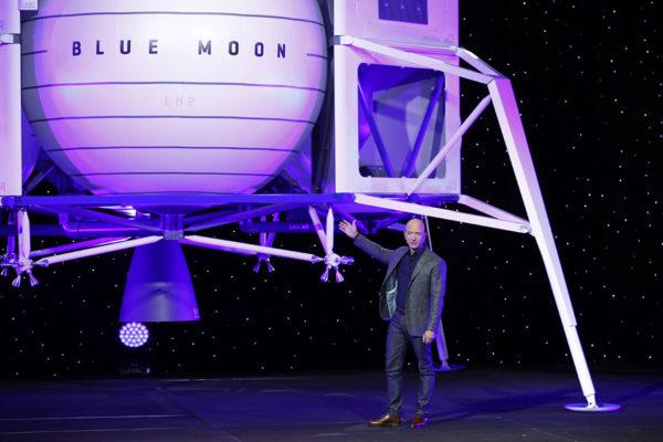 Jeff Bezos esitteli avaruuden valloitussuunnitelmiaan 9. toukokuuta 2019.