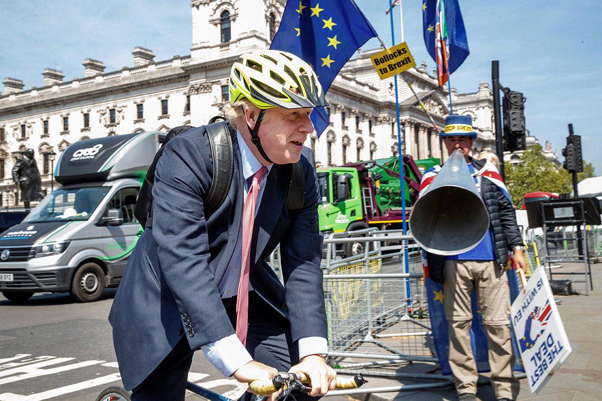 Boris Johnson saapui Britannian parlamenttitalolle polkupyörällä 15. toukokuuta 2019.