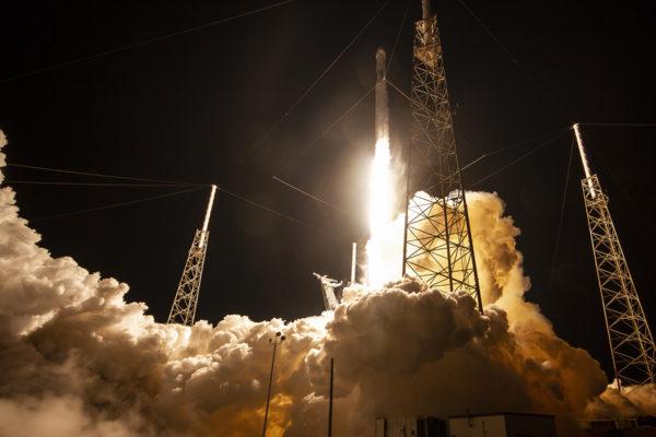 SpaceX:n Dragon-rahtialus laukaistiin Falcon 9 -raketilla Yhdysvaltain Floridasta 4. toukokuuta. Yksityisyritykset hakevat jalansijaa avaruudesta suurvaltojen entiseltä leikkikentältä.
