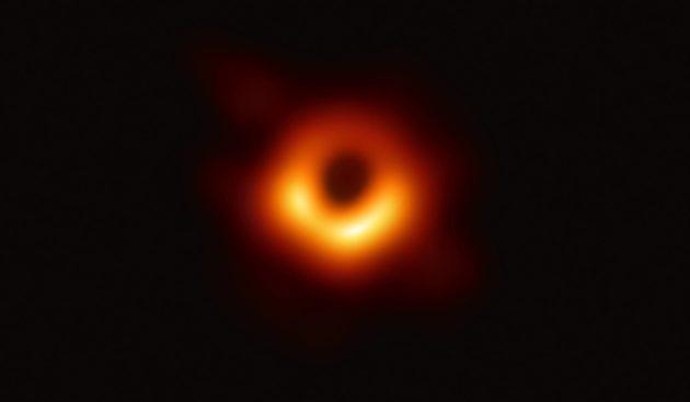 Keväällä 2019 julkaistu kaikkien aikojen ensimmäinen kuva mustasta aukosta. Tai oikeastaan mustan aukon varjosta.
