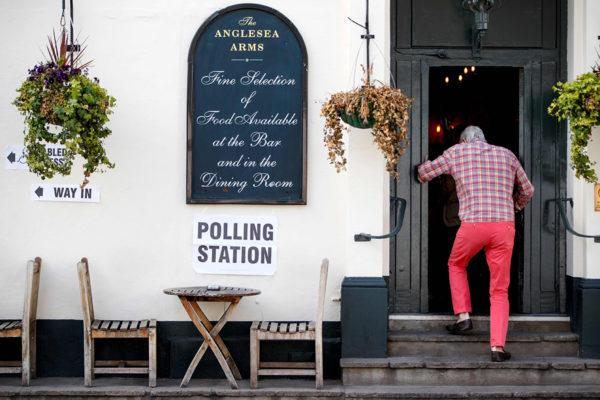 Eurovaalien äänestypaikaksi muutettu pubi Lontoossa 23. toukokuuta 2019.