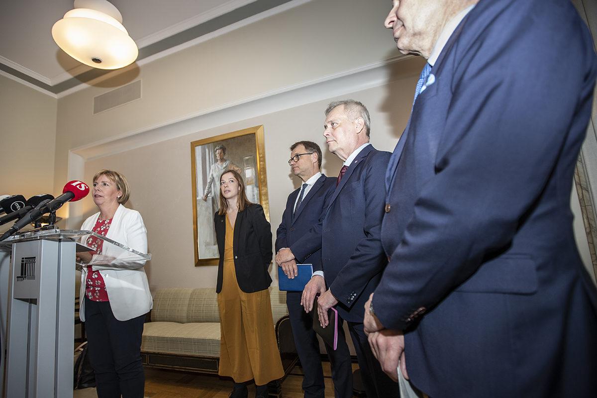 Rkp:n Anna-Maja Henriksson, vasemmistoliiton Li Andersson, keskustan Juha Sipilä, Sdp:n Antti Rinne ja vihreiden Pekka Haavisto tiedotustilaisuudessa eduskunnassa 8. toukokuuta 2019.