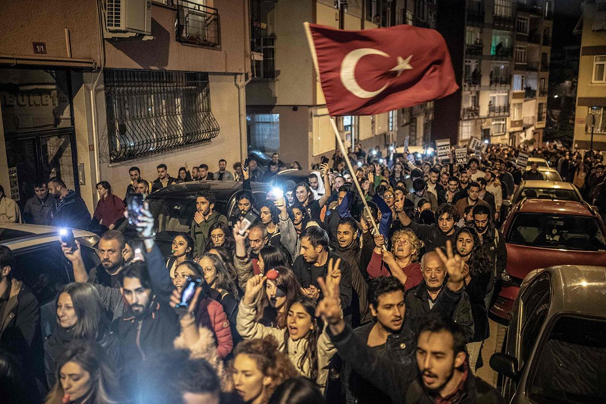 Mielenosoittajat marssivat Istanbulissa keskiviikkona 8. toukokuuta 2019.