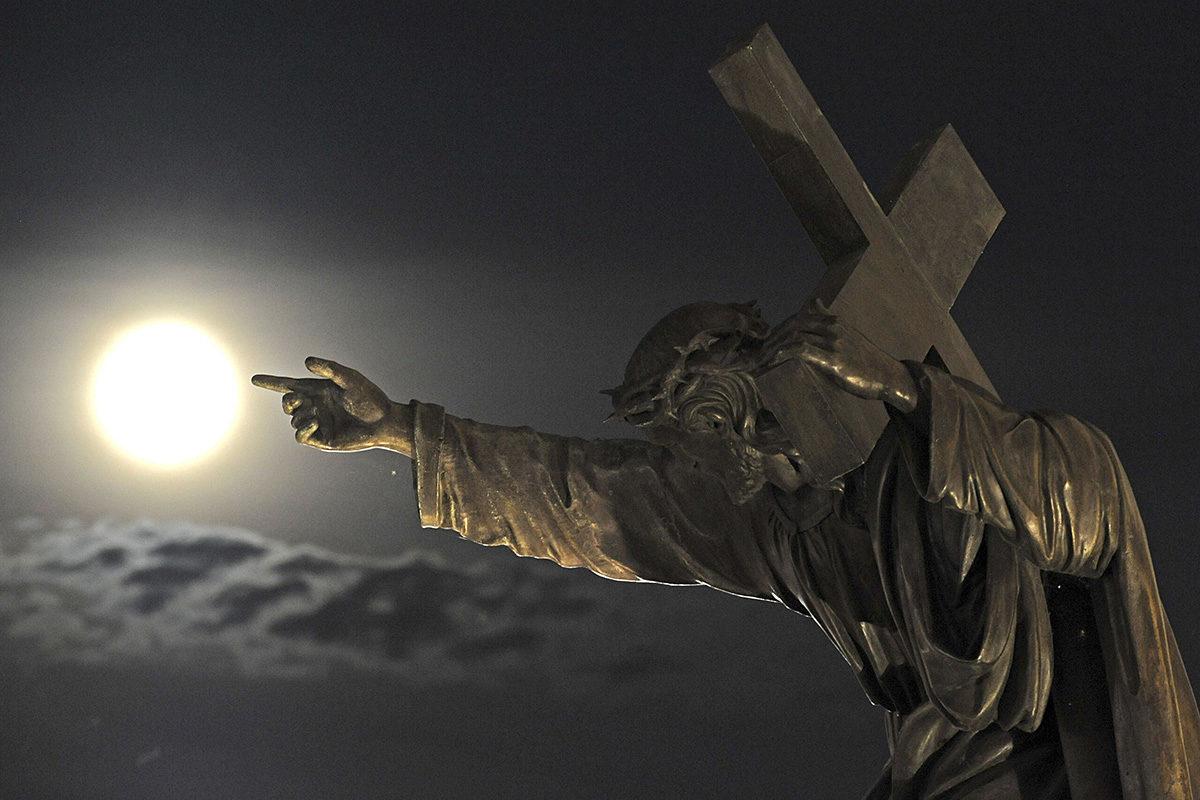 Jeesus-patsas Pyhän ristin kirkon edustalla Varsovassa.