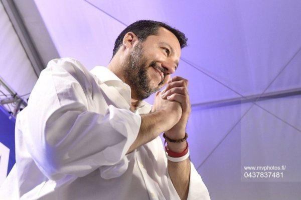 Italian sisäministeri Matteo Salvini myhäili lehdistölle Milanossa maanantaina 27. toukokuuta. Eurovaalit 2019.
