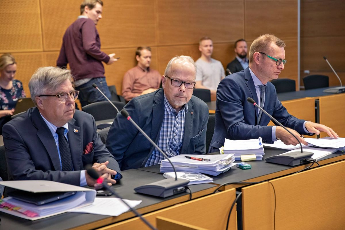 Rikoskomisario Kari Lintilä (oik.) ja hänen asianajajansa Antti Riihelä keskustelevat Helsingin käräjäoikeudessa 6. toukokuuta.