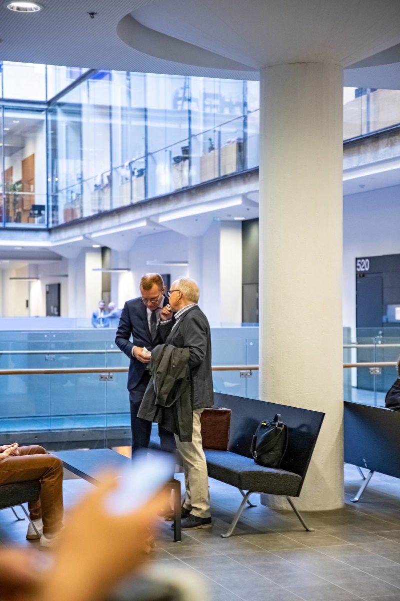 Syytettyä vanhempaa konstaapelia avustava asianajaja Matti Nurmela (vas.), rikoskomisario Kari Lintilä ja asianajaja Antti Riihelä valmistautuvat istuntopäivään 7. toukokuuta 2019.