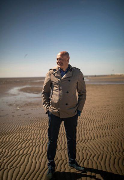 Peter Ingman Pärnun hiekkarannalla.