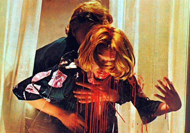 Brittisäveltäjä (David Hemmings) rikospaikalla elokuvassa Verenpunainen kauhu.