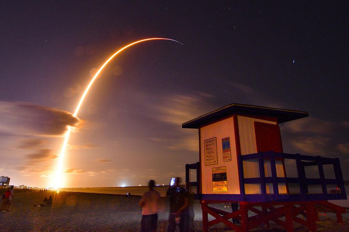 SpaceX:n Falcon 9 -raketti nousee kiertoradalle Floridan Cape Canaveralista 23. toukokuuta 2019. Raketin kyydissä ovat Starlink-järjestelmän ensimmäiset satelliitit.