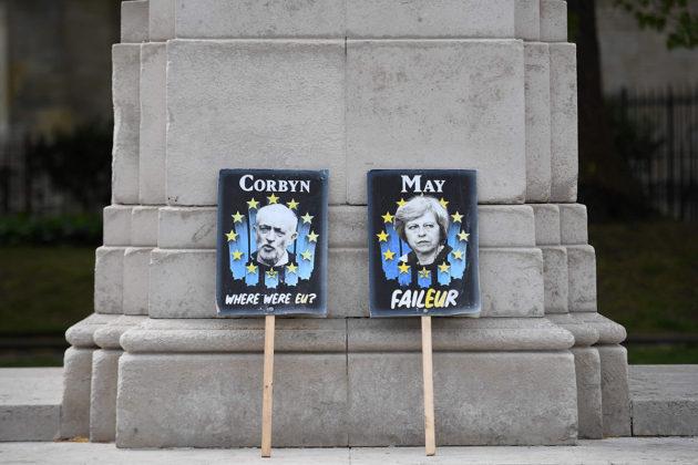 Jeremy Corbyn ja Theresa May plakaateissa Lontoossa 25. huhtikuuta 2019.