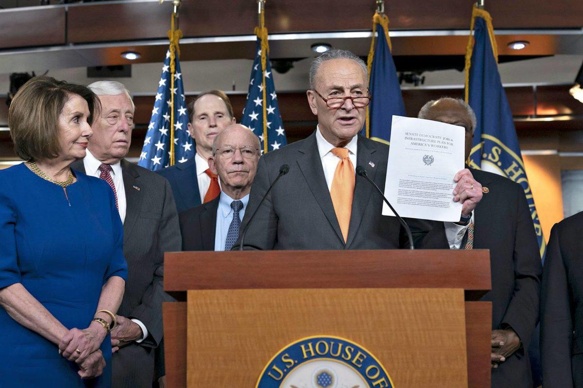 Nancy Pelosi (vas.) ja Chuck Schumer (kesk.) sekä joukko muita demokraattipoliitikkoja kertoivat epäonnistuneesta tapaamisesta Trumpin kanssa 22. toukokuuta.
