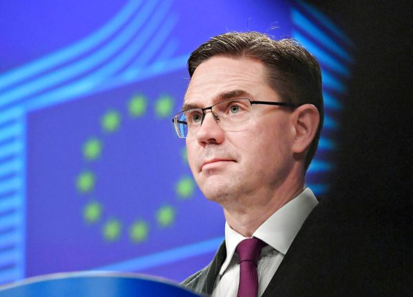 """Jyrki Kataisen mielestä EU-maat ovat arvokysymyksissä """"piileskelleet komission selän takana""""."""