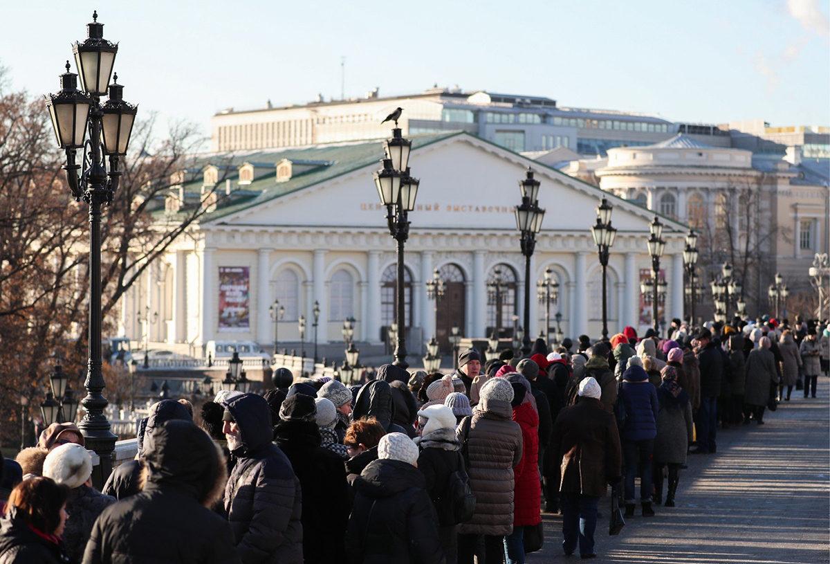Vierailijat jonottivat marraskuussa 2018 taidenäyttelyyn Moskovan Maneesissa.