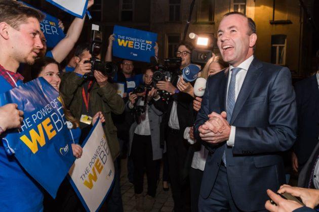 Euroopan kansanpuolueen (EPP) kärkiehdokas Manfred Weber tervehti kannattajiaan EPP:n päämajan edustalla Brysselissä sunnuntai-iltana 26. toukokuuta.