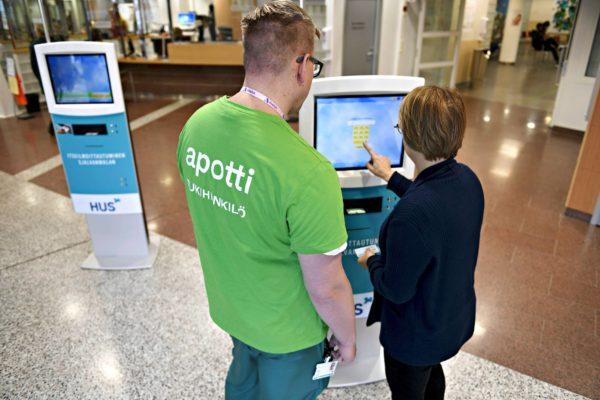 Husin vihreisiin paitoihin pukeutunut väki avusti Peijaksen sairaalassa käyneitä Apotin käytössä Vantaalla 15. marraskuuta 2018.