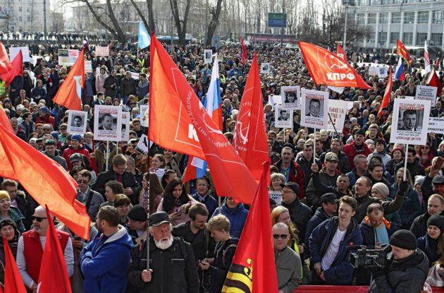 Tuhannet venäläiset osoittivat mieltään kaatopaikkahanketta vastaan Arkangelin keskusaukiolla sunnuntaina 7. huhtikuuta. Taigalle on alettu rakentaa kaatopaikkaa miljoonien moskovalaisten jätteille.