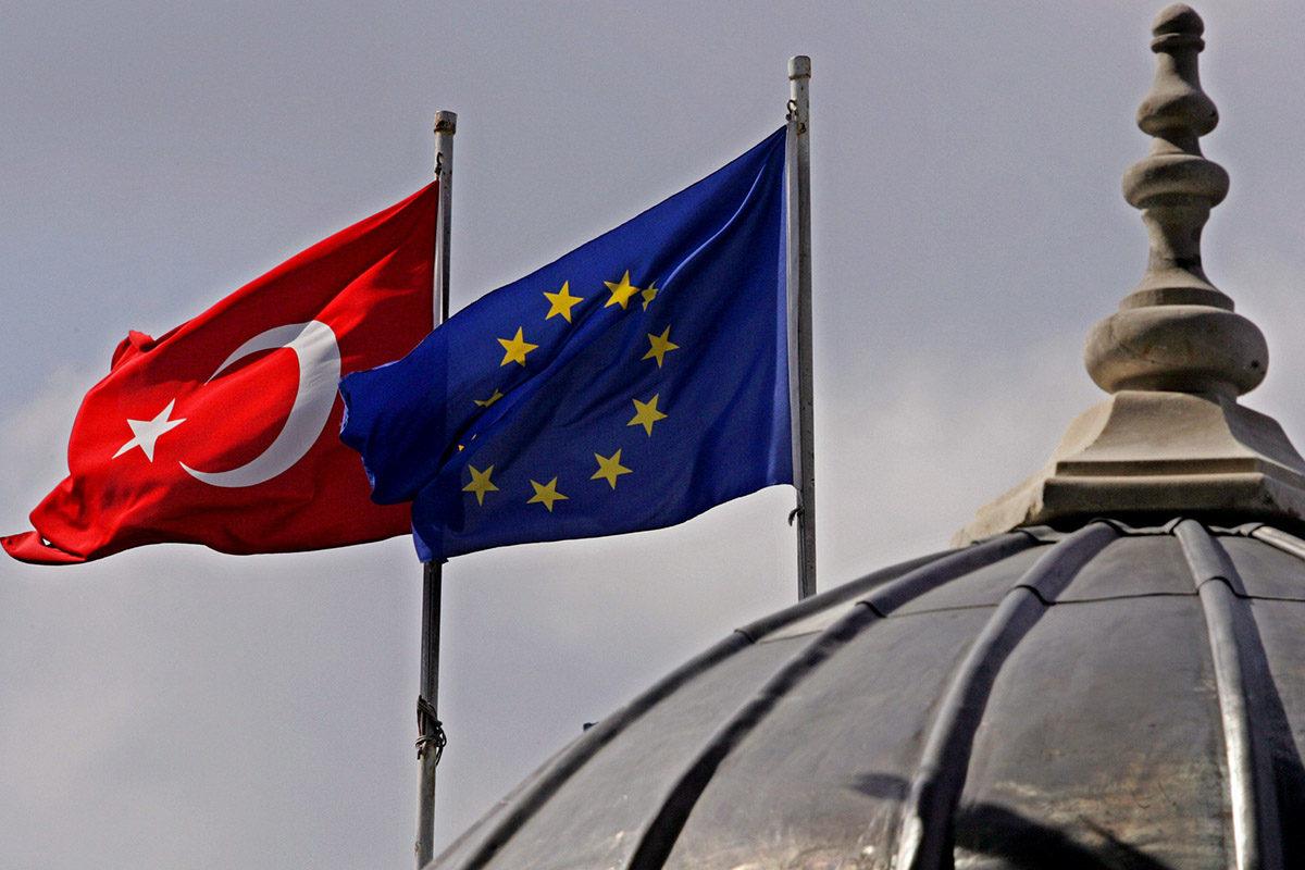Turkin ja EU:n liput. Kuvituskuva.