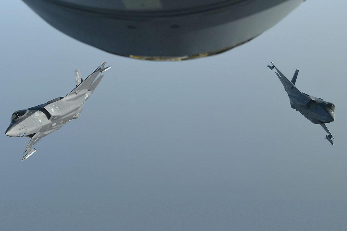 Yhdysvaltain F-35A Lightining II -hävittäjät erkaantuvat ilmatankkauksen jälkeen Lounais-Aasiassa.
