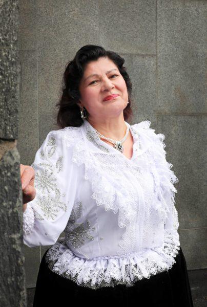 Mestarikansanlaulaja Hilja Grönfors tekee musiikkia ja kirjoittaa muistelmiaan.