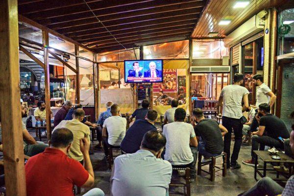 Istanbulilaiset kokoontuivat baareihin ja kadunvarsille katsomaan tv:n harvinaista vaaliväittelyä.