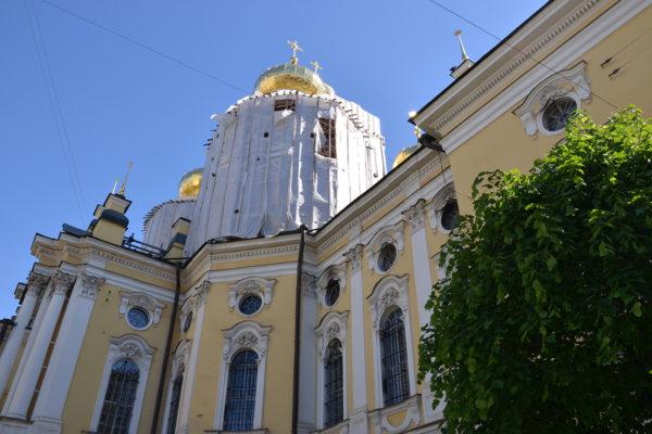 Vladimirin kirkon restaurointi Pietarin keskustassa on kestänyt jo useita vuosia. Kupolien kultaus on ulospäin korjaustöiden näkyvin osa.