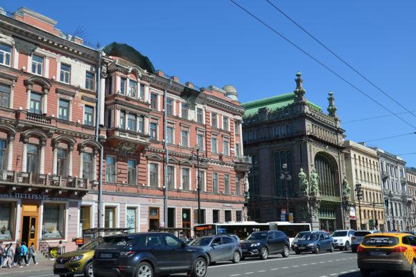 Jopa Pietarin pääkadun Nevski prospektin varrella on vanhoja taloja, joista löytyy edelleen yhteisasuntoja eli kommunalkoja.