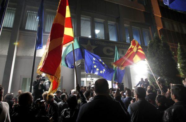 Presidentinvaalien tulosta juhlittiin Pohjois-Makedonian Skopjessa 5. toukokuuta sekä maan omin että EU:n lipuin.