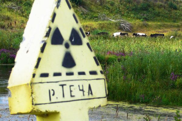 Säteilystä varoittava kyltti saastuneen Tetša-joen varrella Tšeljabinskissa.