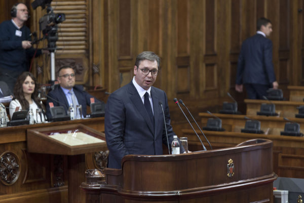 Serbian presidentti Aleksandar Vučić puhui maan parlamenti Kosovo-istunnossa 27. toukokuuta 2019.
