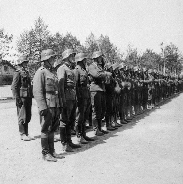 Vapaaehtoinen suomalainen SS-pataljoona kesäkuun alussa 1943 Hangossa. Suomalainen Schutzstaffel-pataljoona kotiutettiin ja hajotettiin kesällä 1943.