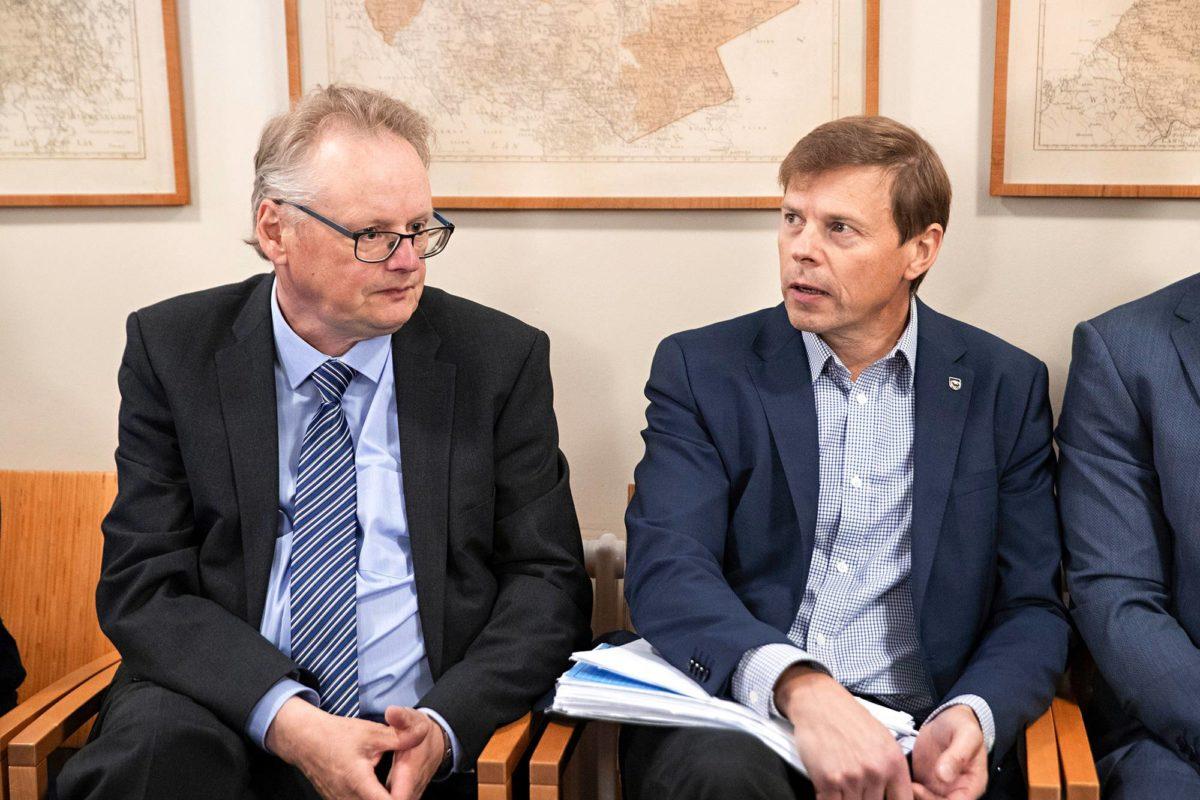 Kuntapäättäjä Timo Kurula (oik.) ja hänen asianajajansa Olli Siponen ovat tyytyväisiä tuomioon.