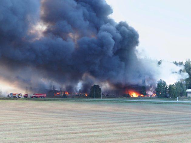 Kynttilä-Tuotteen tehdas tuhoutui Salon Halikossa 14. syyskuuta 2018. Parafiini tuotti runsaasti savua palaessaan.