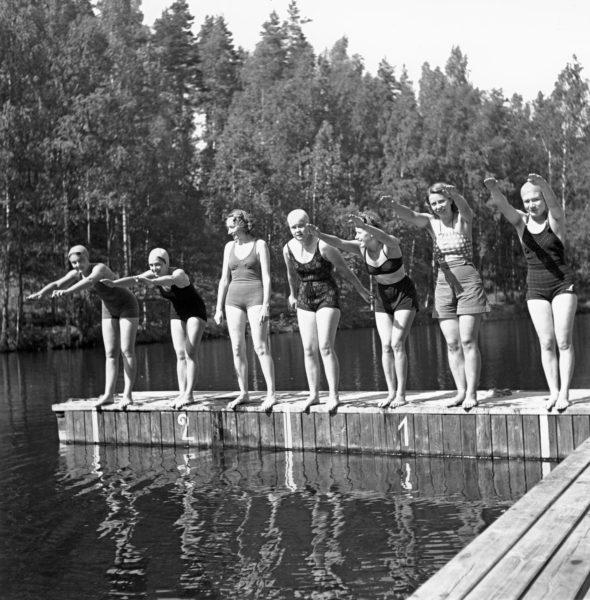 Tulevia liikuntakasvatusohjaajia opastettiin opettamaan uimataitoa.