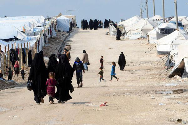 Naisia ja lapsia al-Holin leirillä Syyriassa maaliskuussa 2019.