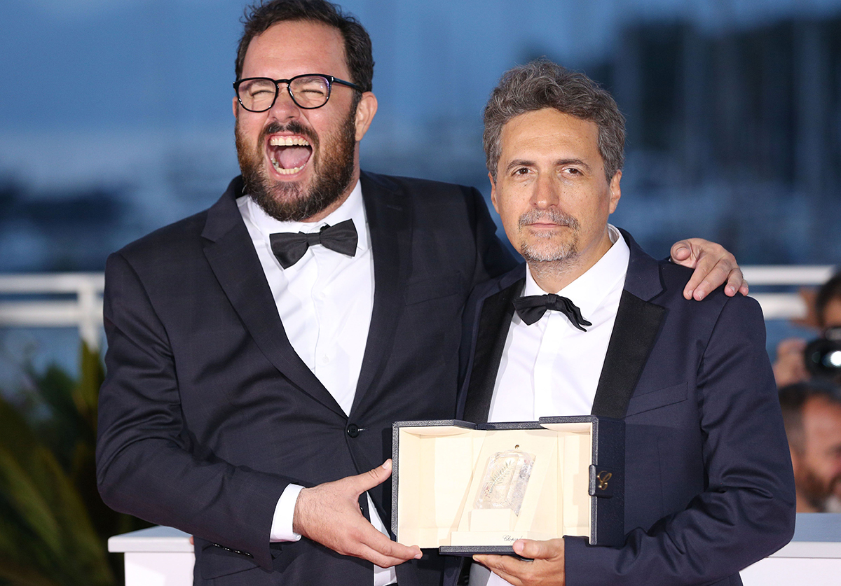 Ohjaajat Juliano Dornelles (vas.) ja Kleber Mendonça Filho voittivat Cannesin elokuvajuhlilla tuomariston palkinnon elokuvastaan Bacurau.