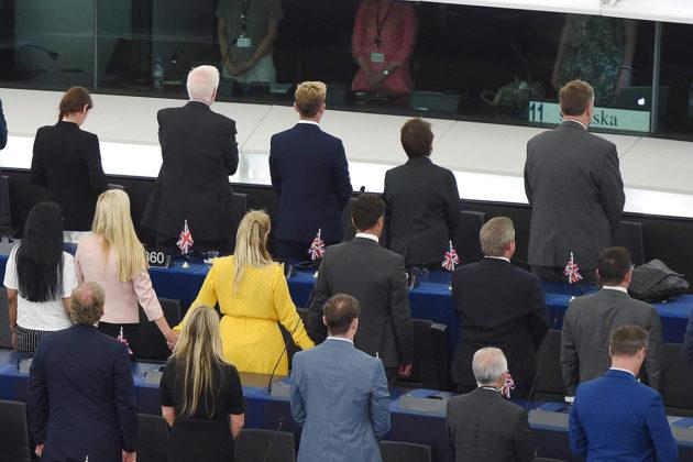 Brexit-puolueen europarlamentaarikot käänsivät selkänsä parlamentin puhemiehelle EU-hymnin ajaksi 2. heinäkuuta 2019.