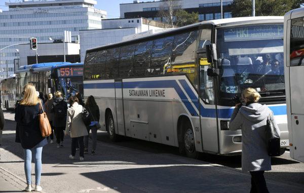 Matkustajia bussipysäkillä Helsingissä 16. huhtikuuta 2019.