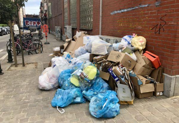 Kaupunkilaiset nostavat kahdesti viikossa muoviset jätesäkkinsä talojensa eteen jalkakäytäville, josta rekat poimivat ne seuraavana aamuna.